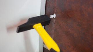 Cómo colocar un soporte para microondas