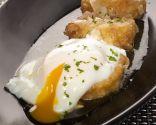 Patatas a la importancia con huevos escalfados