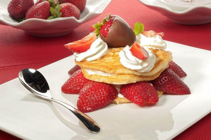25 postres y tartas para triunfar en San Valentín - Delicia de fresas con nata y chocolate