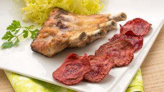 Costilla de cerdo asada con chips de remolacha