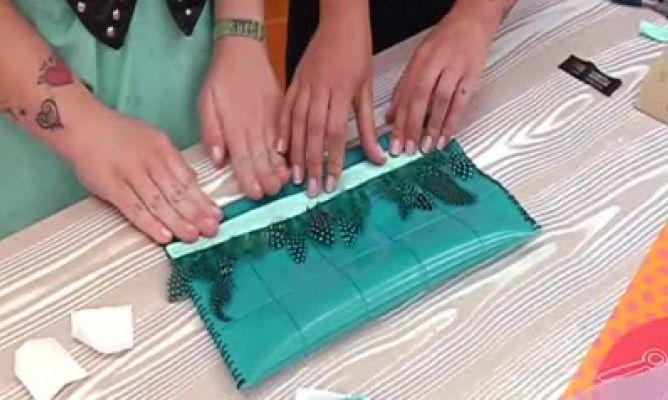Cartera de mano con plumas hogarmania for Manualidades con plumas