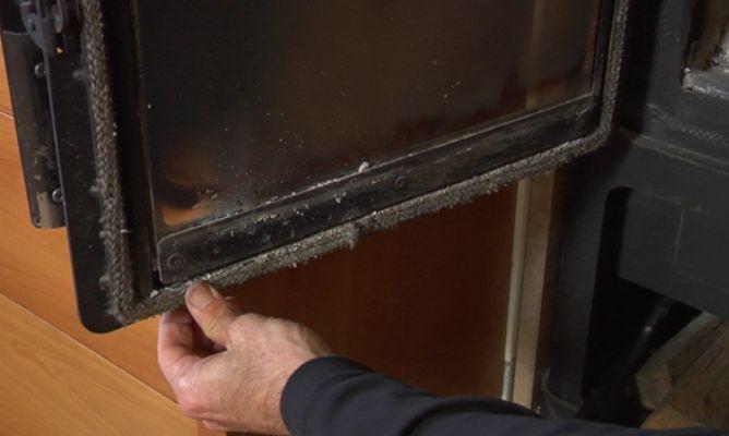 Sellado de puerta de chimenea bricoman a - Como colocar una chimenea de lena ...