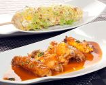 Alitas de pollo BBQ y mazorca en ensalada