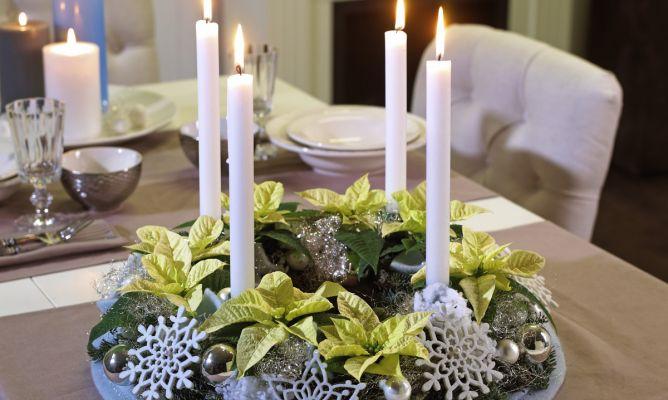 Centro de mesa navide o con poinsetia blanca hogarmania - Como hacer un centro de mesa navideno con pinas ...