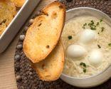Sopa de gallina con huevos de codorniz