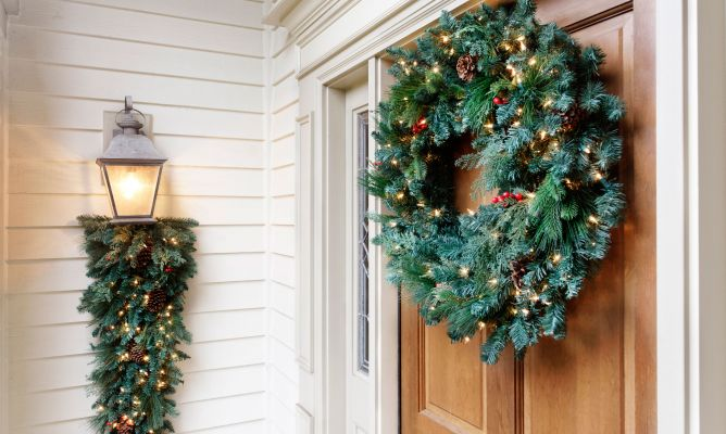 Decorar la entrada de la casa con plantas en navidad for Decoracion de la puerta de entrada