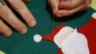 Calcetín de Navidad de fieltro - Paso 11