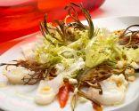 Ensalada de bacalao y morrones con chips de alcachofa