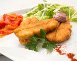 Pescadilla empanada al pimentón con pimientos y ensalada  Más info: https://www.hogarmania.com/cocina/recetas/pescados-mariscos/201301/pescadilla-empanada-pimenton-pimientos-ensalada-18305.html#ixzz2qOJMsqln