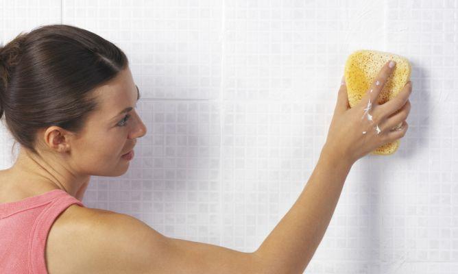 Limpiar los azulejos del ba o hogarmania - Limpiar azulejos de bano ...