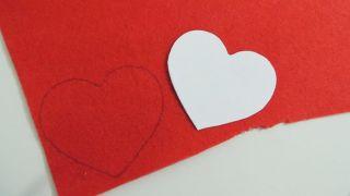 Cómo hacer un corazón de fieltro con broche para San Valentín - Paso 1