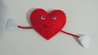 Cómo hacer un corazón de fieltro con broche para San Valentín - Paso 10