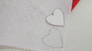 Cómo hacer un corazón de fieltro con broche para San Valentín - Paso 2