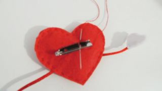 Cómo hacer un corazón de fieltro con broche para San Valentín - Paso 7