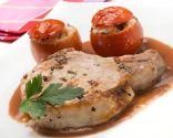 Chuletas de cerdo con salsa de cebolla y tomates asados