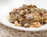 Espaguetis con champiñones, pasas, bacon y gambas