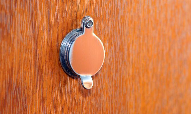 Colocar una mirilla en la puerta de entrada bricoman a - Mirillas digitales para puertas ...