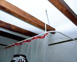 Cómo colocar una barra de cortina de baño curvada paso 5