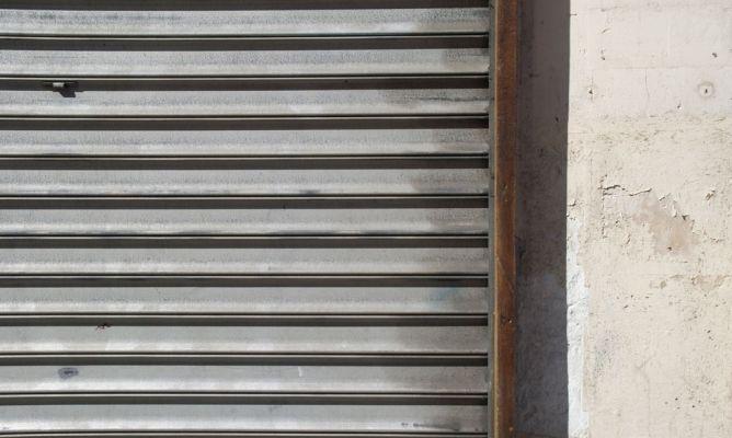 Sellado de junta entre pared y marco de puerta met lica bricoman a - Como hacer una puerta metalica ...