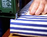 Cómo tapizar la tapa de un baúl paso 13