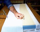 Cómo tapizar la tapa de un baúl paso 8
