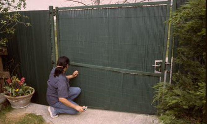 Forrar puerta met lica exterior con ca izo de pl stico - Vallas de plastico para jardin ...