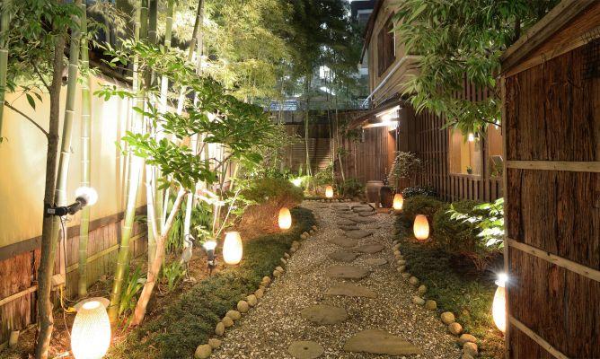 Ideas para iluminar el jard n hogarmania for Focos para exterior jardin