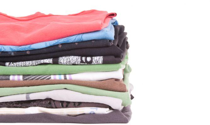 Truco para doblar camisetas hogarmania - Truco para doblar camisetas ...