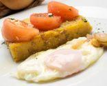 Huevo frito con polenta de champiñones al curry