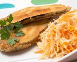 Filetes de berenjena rellenos con ensalada de zanahoria y manzana