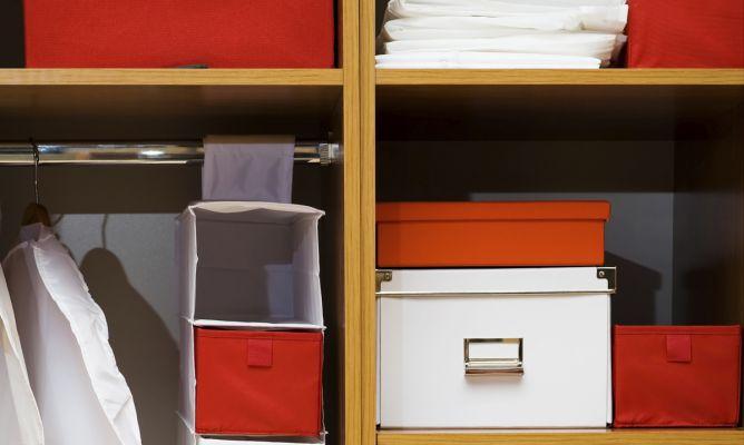 Organizar el armario con accesorios hogarmania - Como organizar un armario empotrado ...