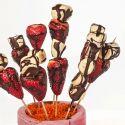 Brochetas de frutas cubiertas de chocolate