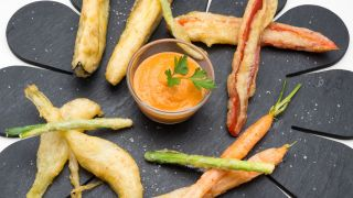 Hortalizas en tempura con salsa romesco