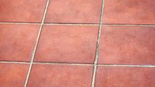 eliminar macha de humedad en suelo de barro