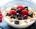 Yogur con muesli y frutos del bosque