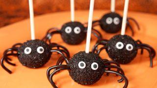 Cake pops o piruletas de arañas para Halloween
