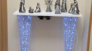 Hacer mesa navideña con una balda y dos abetos decorativos
