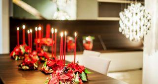 decoración navideña clásica con Flor de Pascua