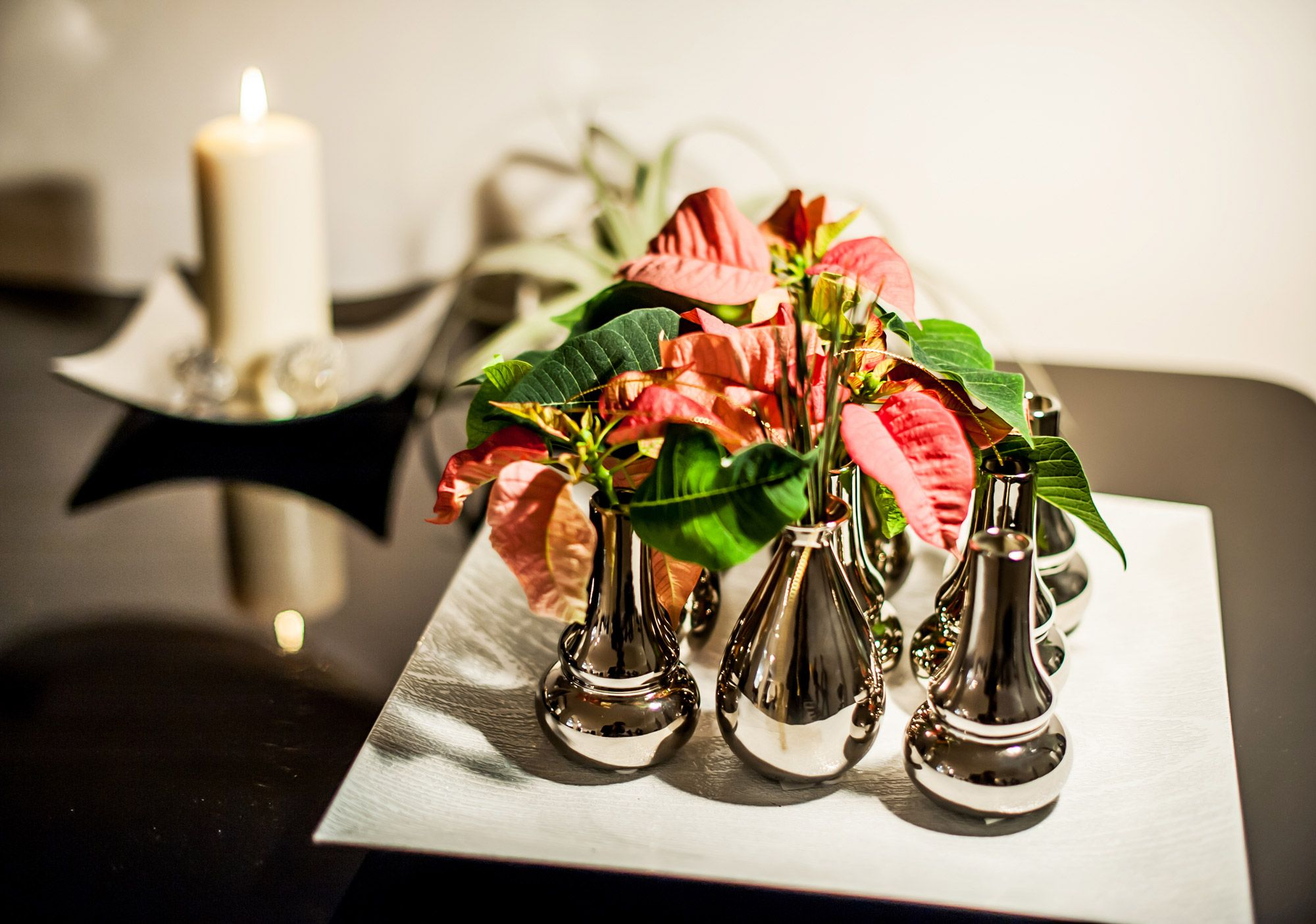 Decoración navideña glamurosa con Flor de Pascua