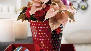 Jarrón de Navidad con papel de regalo reciclado