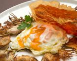 Huevos rotos con chips de alcachofa