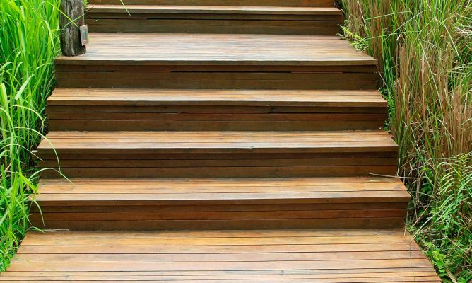 Tratamiento antideslizante para escaleras de exterior for Escalera de jardin de madera
