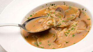 sopa de fideos con marisco
