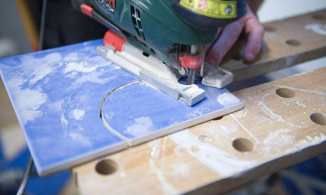 C mo cortar azulejos de forma irregular bricoman a - Como tapar agujeros en azulejos ...