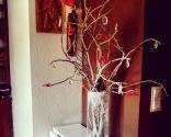 Árbol navideño reciclado en blanco y rojo