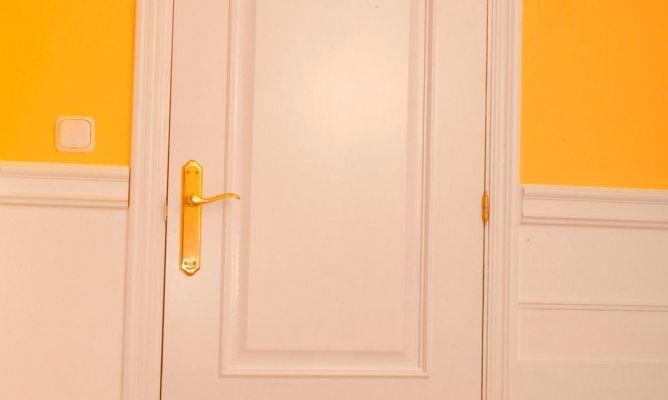 C mo lacar una puerta de madera bricoman a bricolaje - Pintura puertas madera ...