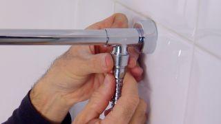 Colocar un brazo de ducha