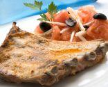 Costilla de cerdo al horno con ensalada murciana  Más info: https://www.hogarmania.com/cocina/recetas/carnes/201310/costilla-cerdo-horno-ensalada-murciana-22049.html#ixzz2qUAiht6t