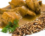 Conejo al curry con arroz frito