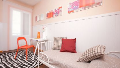 Dormitorio con papel pintado alegre y juvenil decogarden - Simulador colores habitacion ...